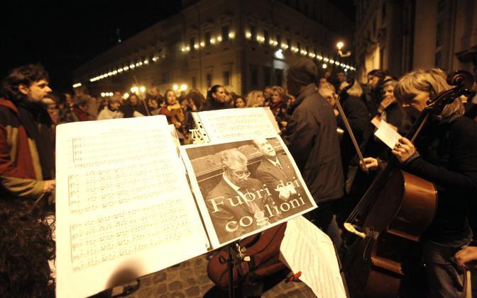 All'esterno del palazzo del Quirinale si è radunata anche una piccola orchestra che ha suonato per festeggiare le dimissioni del premier (Ansa)