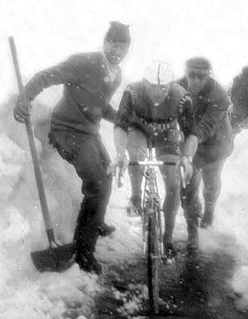 Arrivo del Giro d'Italia sullo Stelvio nel 1965: vittoria di Graziano Battistini (qui a 200 metri dal traguardo) (Ap)
