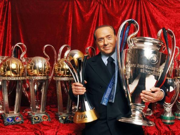 Silvio Berlusconi con i trofei vinti dal Milan