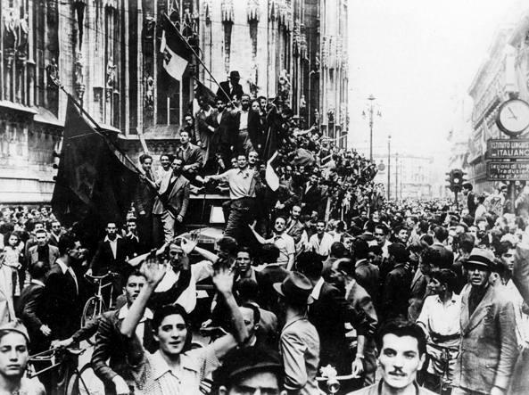 Milano, 25 luglio 1943: manifestazioni in piazza Duomo dopo le dimissioni e l'arresto di Benito Mussolini, che provocarono il crollo del regime fascista (Archivio fotografico Preussischer Kulturbesitz, Berlino)