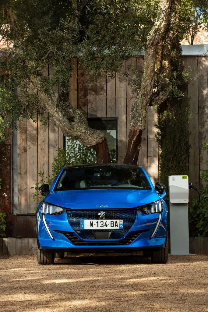 The Peugeot e208 under charge: it is the electric version of the car