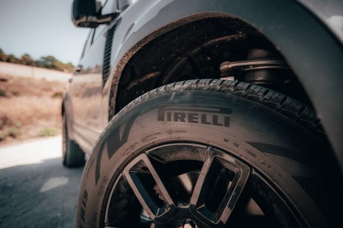 लैंड रोवर डिफेंडर और टायर पिरेली के साथ तालमेल में विकसित हुए