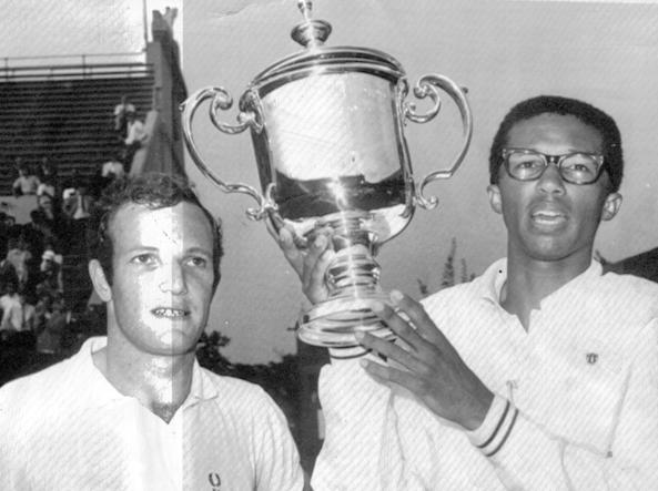 Arthir Ashe con l'altro finalista Tom Okker dopo avere vinto l'Open Usa nel 1968 (Ansa)