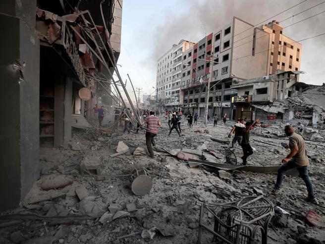 Israele-Gaza, guerra senza tregua: i piani per l'invasione di terra. Uccisi 16 comandanti di Hamas, Netanyahu: «È solo l'inizio»