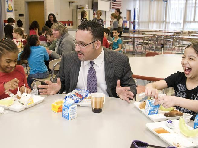 Scuola, la scelta di Biden: un ex maestro elementare come ministro dell?Istruzione