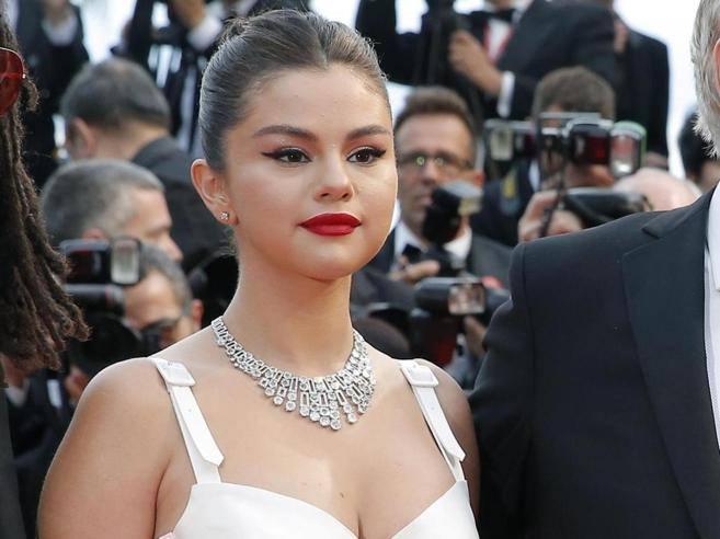 Selena Gomez: ''strong'' dopo l'ennesimo ricovero, torna sui