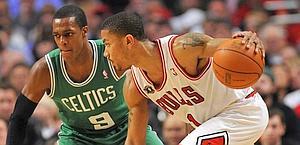 Derrick Rose nel duello con Rajon Rondo. Reuters