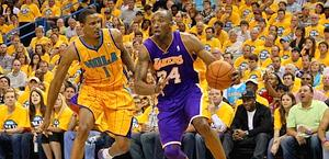 Kobe Bryant , dei Lakers, in duello contro Trevor Ariza. Reuters