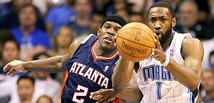 Duello per la palla tra Joe Johnson (a sx) e Gilbert Arenas. Reuters