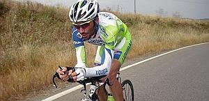 Ivan Basso prova la posizione per la cronometro. Bettini