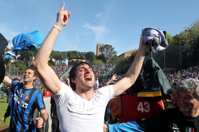 Diego Milito festeggia il suo primo scudetto. Con 22 gol è il miglior marcatore nerazzurro in campionato. (GazSport)