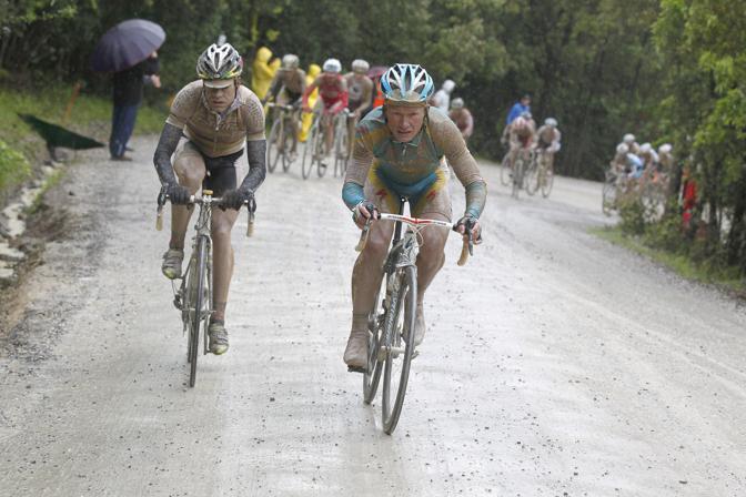 Vinokourov (sulla destra) e Evans (a sinistra) in un tratto sterrato della Carrara-Montalcino, tappa vinta dall'australiano. (GazSport)