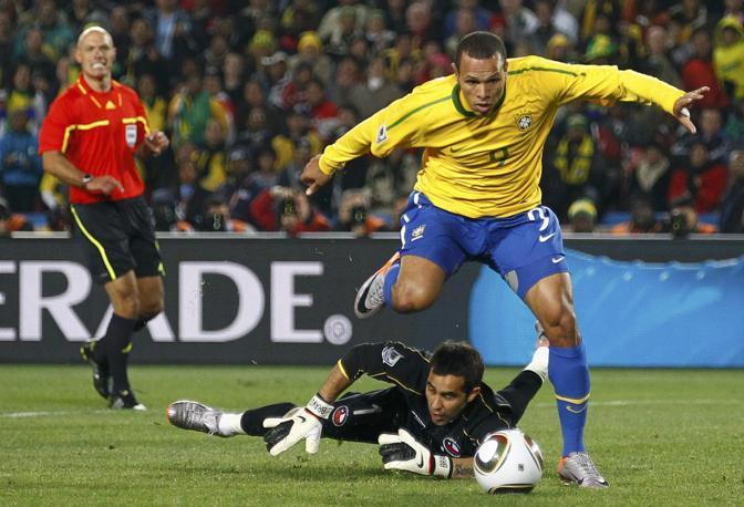 Luis Fabiano segna il raddoppio in Brasile-Cile 3-0. (GazSport)