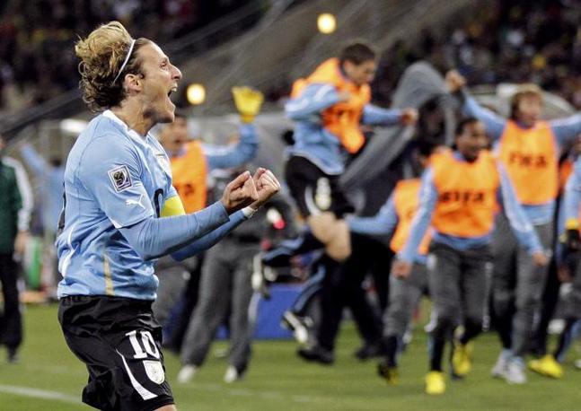 Diego Forlan, leader dell'Uruguay, esulta dopo il gol del pari. (GazSport)