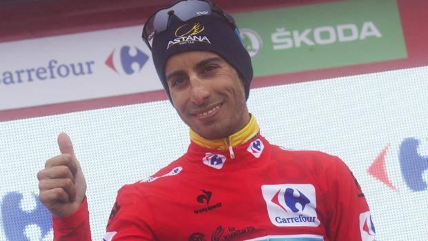 Fabio Aru sorride sul podio: la maglia rossa è ancora sulle sue spalle. Afp