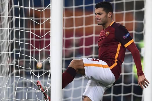 Iago Falque colpisce il palo, ma col suo piede: è l'immagine di una Roma nervosa che a fatica ha conquistato gli ottavi di Champions. Afp