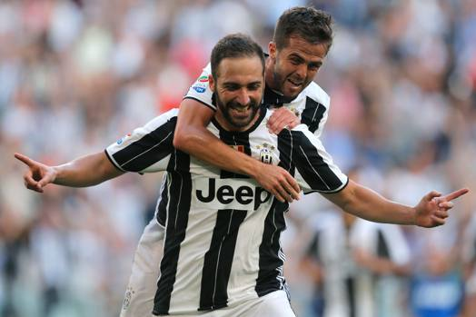 Gonzalo Higuain e Miralem Pjanic, prima da titolare insieme, entrambi in gol in Juve-Sassuolo. Afp