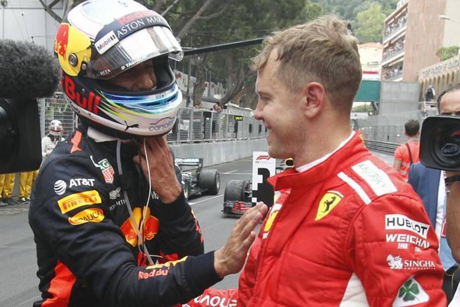 Sebastian Vettel si complimenta con Daniel Ricciardo dopo la fine del Gran Premio di Monaco. Nella prossima stagione di Formula 1 i due potrebbero essere nuovamente compagni di squadra. Foto: AP.