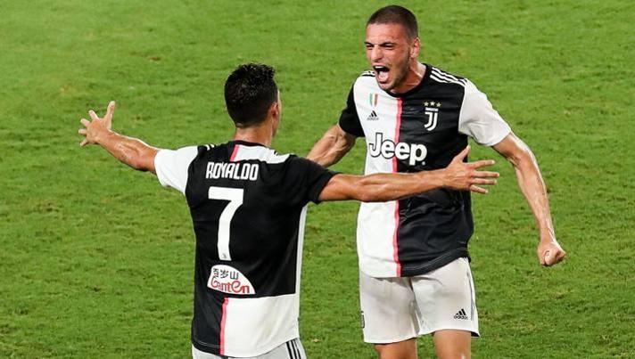 Merih Demiral esulta con Cristiano Ronaldo dopo aver segnato il rigore decisivo nel derby per eccellenza del calcio italiano, per l'occasione, a Nanchino. Foto: Getty Images.