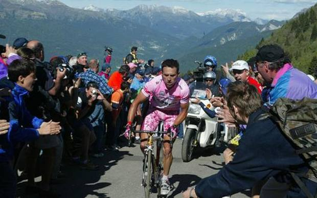 Zoncolan 2003, la prima volta della salita friulana: si affrontò da Sutrio, come lo sarà al Giro 2021. In rosa, e vincitore di tappa, Gilberto Simoni