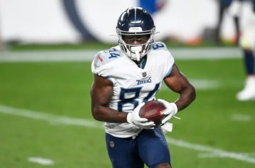 Corey Davis visibly upset on sidelines after losing brother to cancer