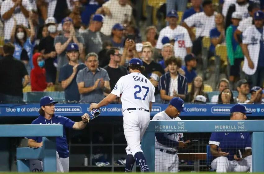 LOS ÁNGELES, California - 28 de junio - Los Dodgers de Los Ángeles Trevor Bauer # 27 ingresa a la sexta ronda contra los Gigantes de San Francisco en el Doder Stadium el 28 de junio de 2021 en Los Ángeles, California.  (Foto de Meg Olivet / Getty Images)