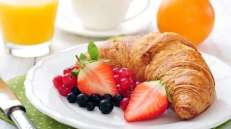 Gli hotel offrono spesso una colazione a base di frutta e pasticceria in omaggio.