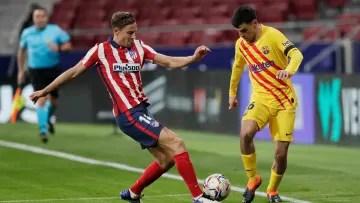 Pedri contesting a ball with Marcos Llorente