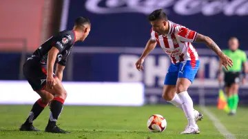 Alexis Vega before the mark of an Atlético de San Luis player.