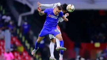 Jonathan Rodríguez fights a ball through the air.
