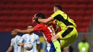 FBL-2021-CUP AMERICA-ARG-PAR - Martínez trying to contain the ball.