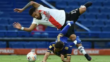 FBL-ARG-BOCA-RIVER - This is how a ball is played in the Superclásico.