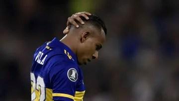 FBL-ARGENTINA-COLOMBIA-VILLA-GENDER-VIOLENCE - Villa grabs his head.