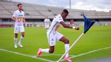 The player Washington Corozo celebrates a goal with the Pumas UNAM.