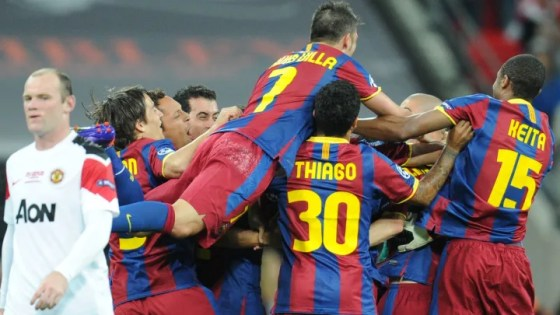 Barcelona (R) players celebrate as Manch