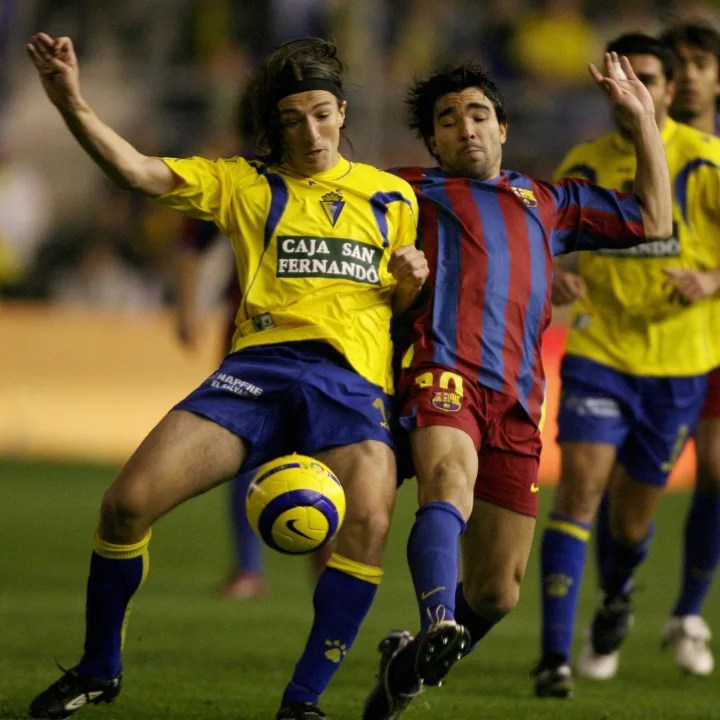 Barcelona player Deco (R) competes with Ca