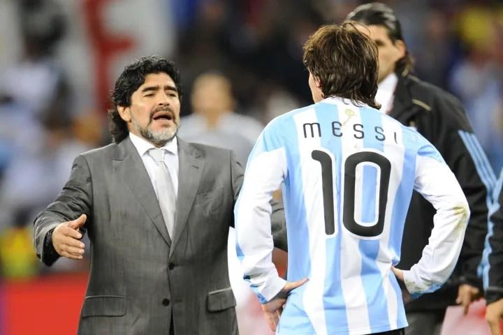 El entrenador de Argentina Diego Maradona (L) loo