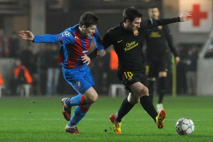 Lionel Messi of FC Barcelona (R) vies fo