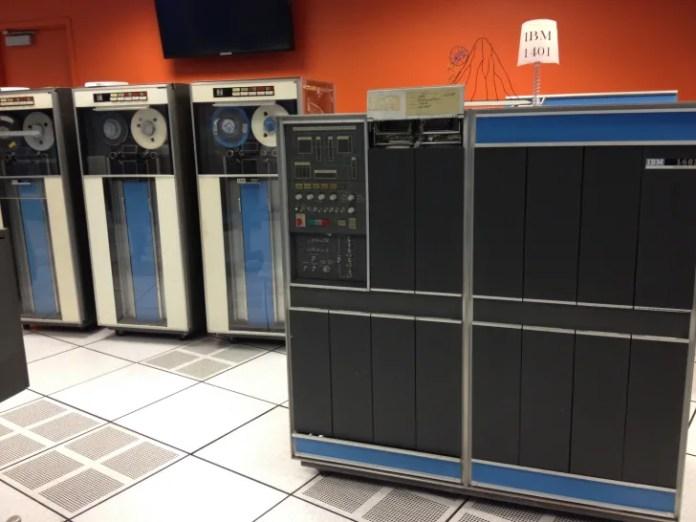 Старинные компьютеры IBM 1401 из Музея истории компьютеров.