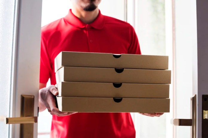 Мужчина доставляет пиццу