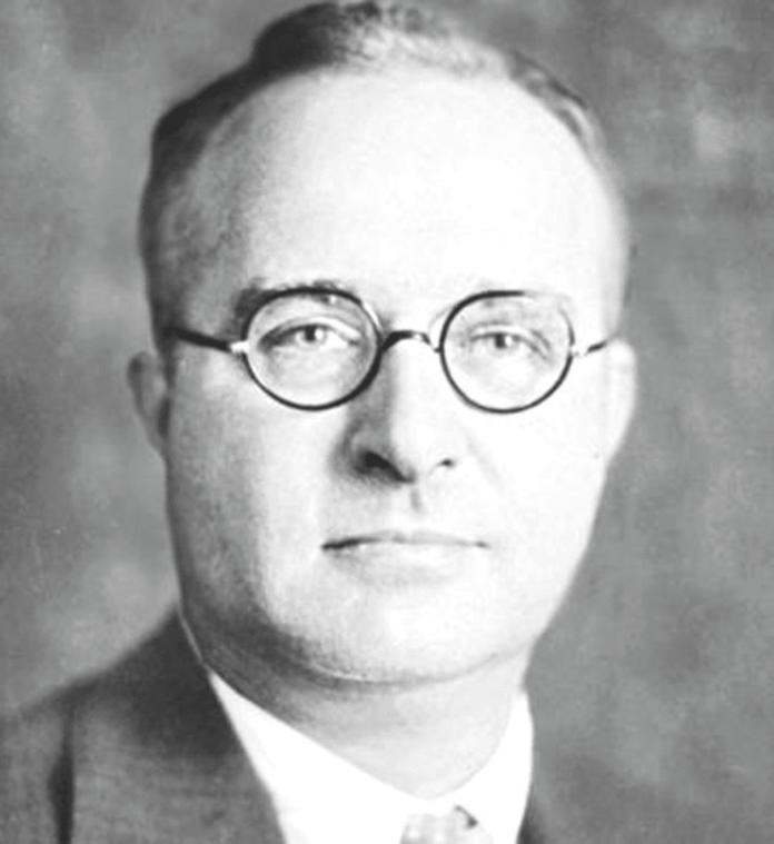 Черно-белое изображение человека в очках