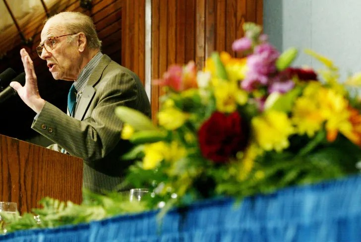 Gaylord Nelson speaks at Earth Day event in 2003.