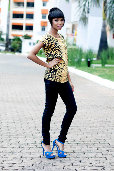 Black-black-jeans-pants-yellow-casual-animal-print-blouse-blue-sandals_400