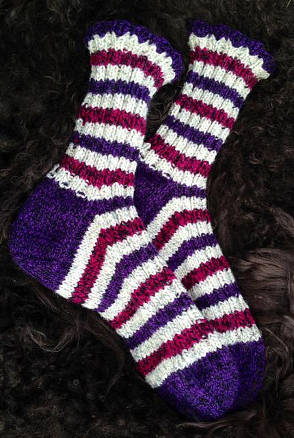 73e5b064cc3 Sokkene er strikket på pinner nr 3.5 mm, i Sandnes Mor Åse Raggegarn og  litt HIFA Fjell (de rosa stripene). Til blondekanten har jeg brukt  heklekrok nr 3,5.