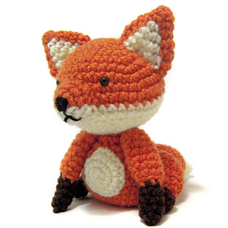 Sitting fox amigurumi - free pattern
