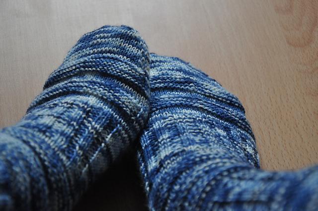 mojo socken stricken sockenwolle blau selbstgefärbt
