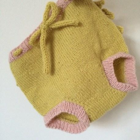De her små babybloomers blev syet sammen med kitchener stitch lige der mellem benene. Jeg synes selv det er en ret fin metode med et pænt resultat.