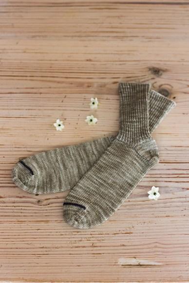 Jeg har strikket Fika før, men det var til en julegave og jeg har drømt om et par til mig selv lige siden. Skaftet er i drejet rib og sidder fantastisk godt, mens den lille vrangrille på spidsen giver et lille farvesplash. Farvemulighederne er uendelige - hvad skal det dog være?