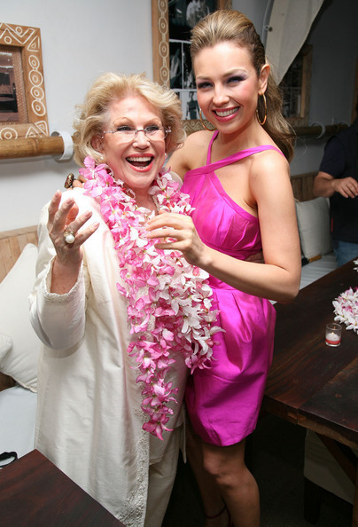 https://i2.wp.com/images4.fanpop.com/image/photos/20400000/Celebrates-The-Release-Of-Her-New-Album-Lunada-17-06-2008-thalia-20436322-404-594.jpg