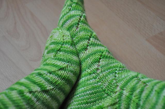 Sunday Swing Socks aus Sockenwolle Drachenwolle Limette